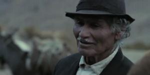 Segundo Araya dans le rôle de Juan Sicardini, le colporteur. L'acteur non-professionnel, était ami avec les Sœurs Quispe