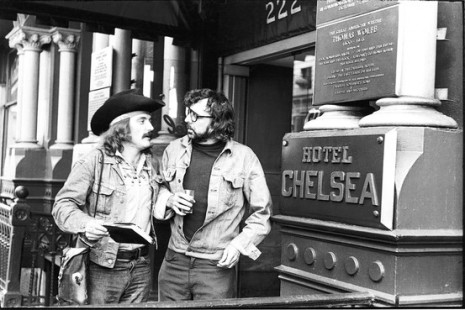 Terry Southern et Dennis Hopper devant le Chelsea Hotel à New York, Getty Images